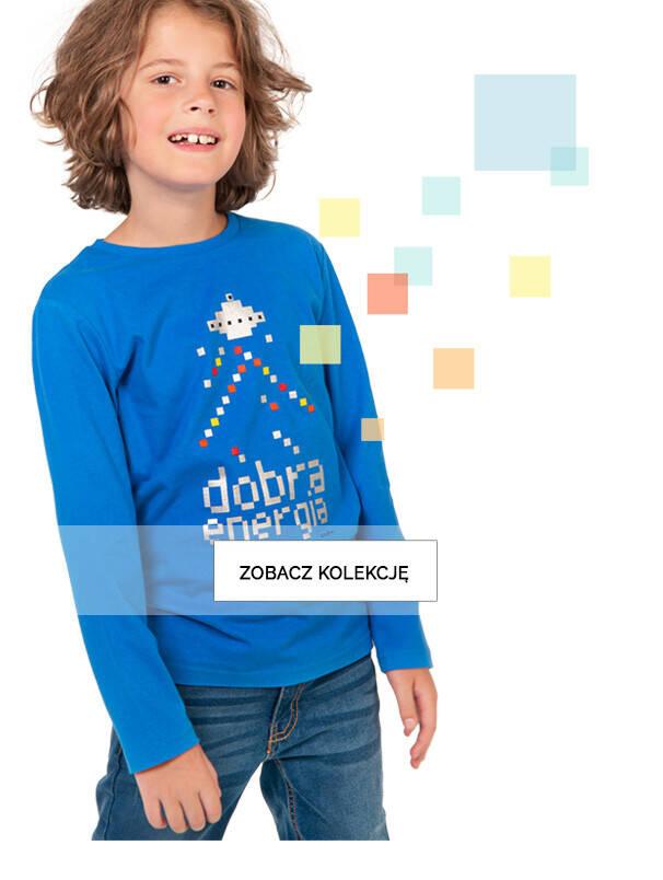 Baner z chłopcem w niebieskiej koszulce ze statkiem kosmicznym.