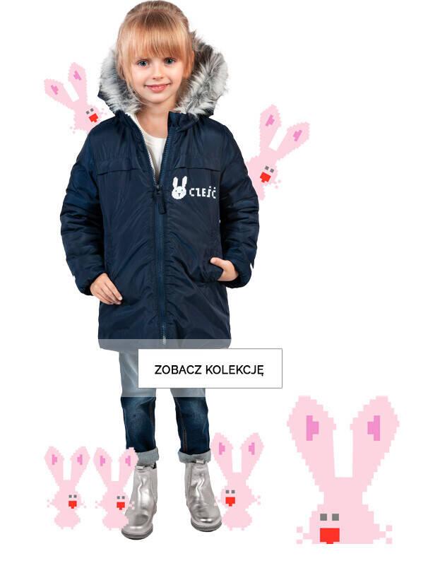 Baner z dziewczynką w granatowej kurtce.