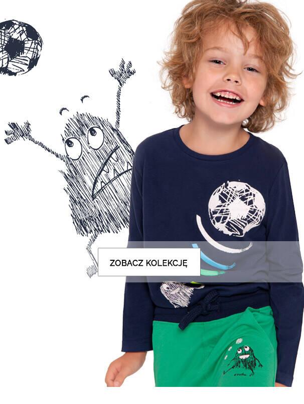 Chłopiec w koszulce z piłką.