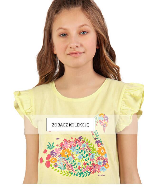 Dziewczynka w żółtej koszulce z kwiatowym łabędziem.