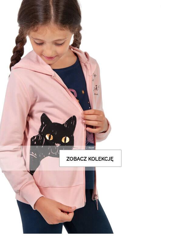 Baner z dziewczynką w różowej bluzie z kotem.