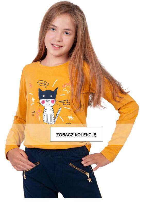 Baner z dziewczynką w żółtej bluzce z długim rękawem.