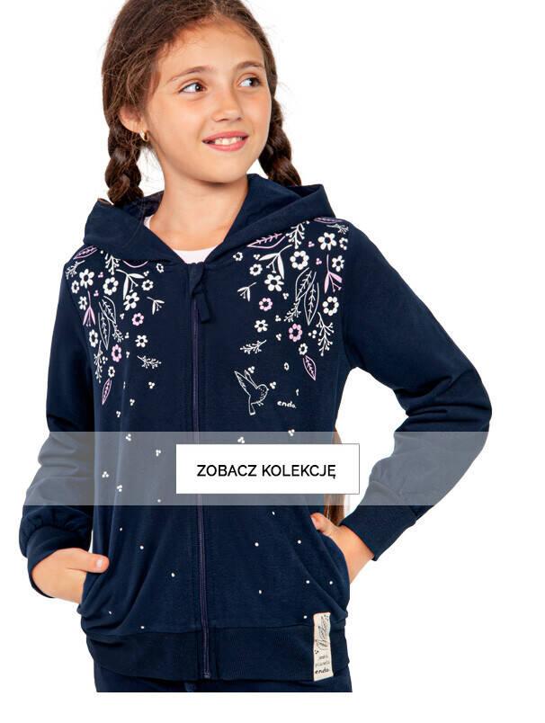 Baner z dziewczynką w granatowej bluzie.