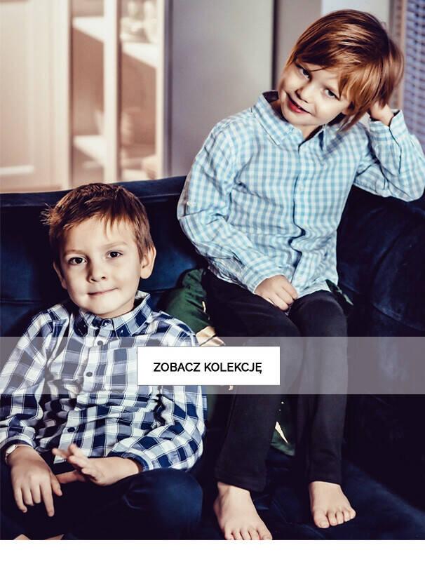 Baner z chłopcami w koszulach.