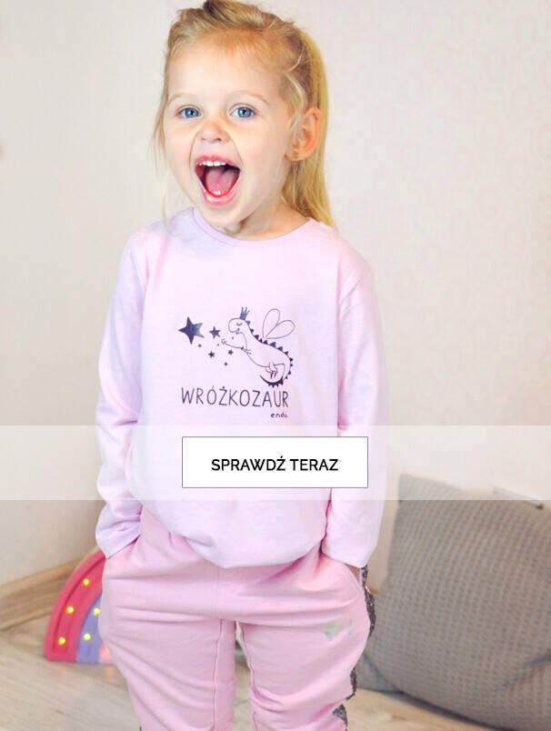 Baner z dziewczynką w różowe bluzce.