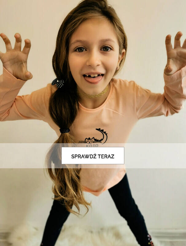 Baner z dziewczynką w granatowych legginsach.