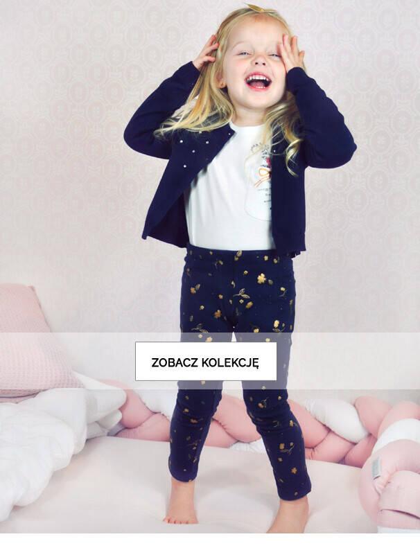 Baner z dziewczynką w granatowym swetrze.