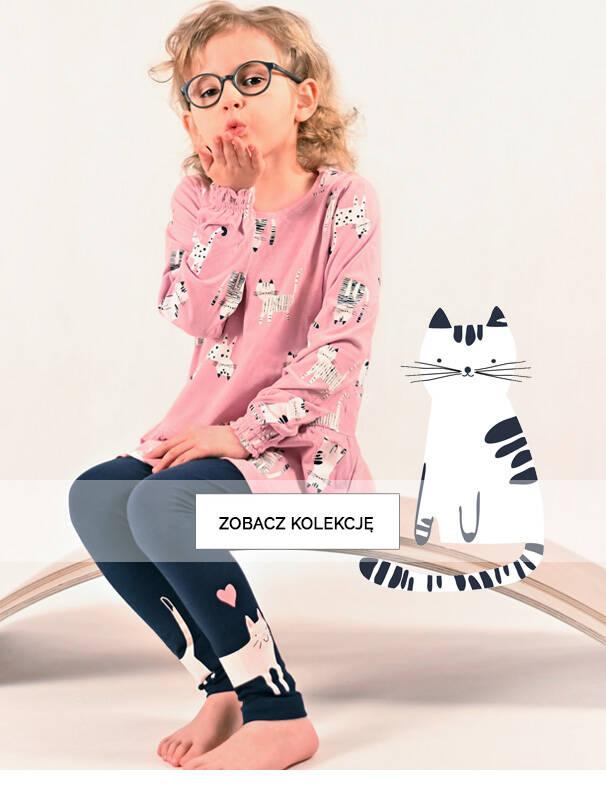 Baner z dziewczynką w różowej tunice.