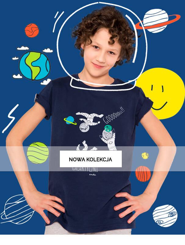 Baner z chłopcem w kosmicznym hełmie.