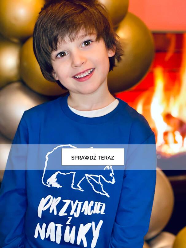 Chłopiec w niebieskiej bluzie.
