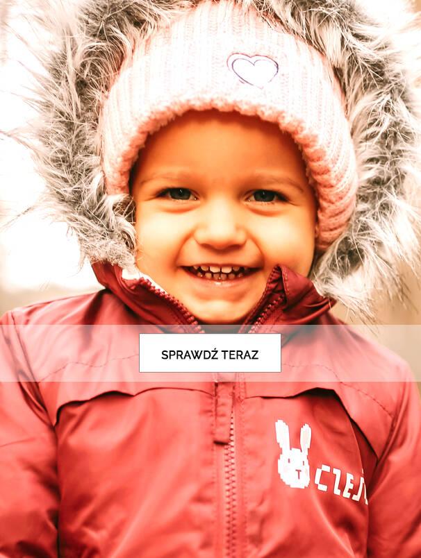 Baner z małą dziewczynką w zimowej kurtce.