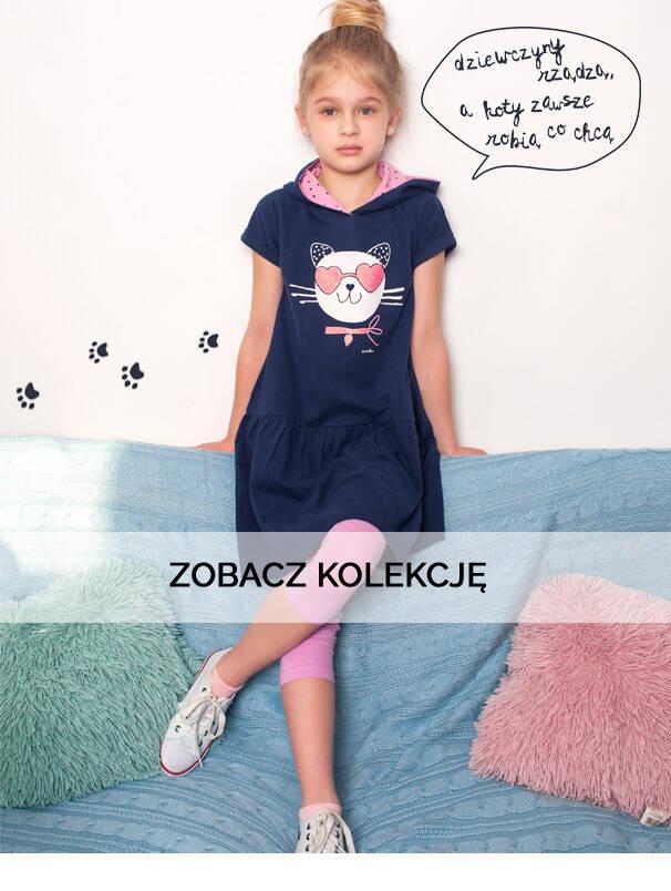 Baner z dziewczynką w granatowej sukience z kotkiem.