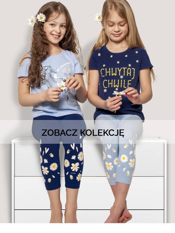 Baner z dziewczynkami w koszulkach z kwiatkami.