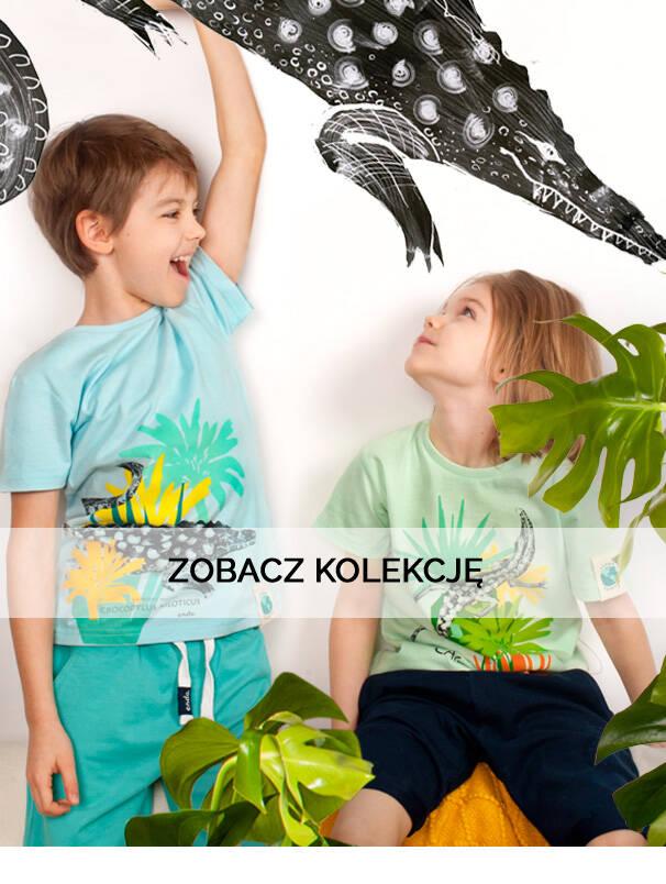 Baner z chłopcami w koszulkach ze zwierzętami.