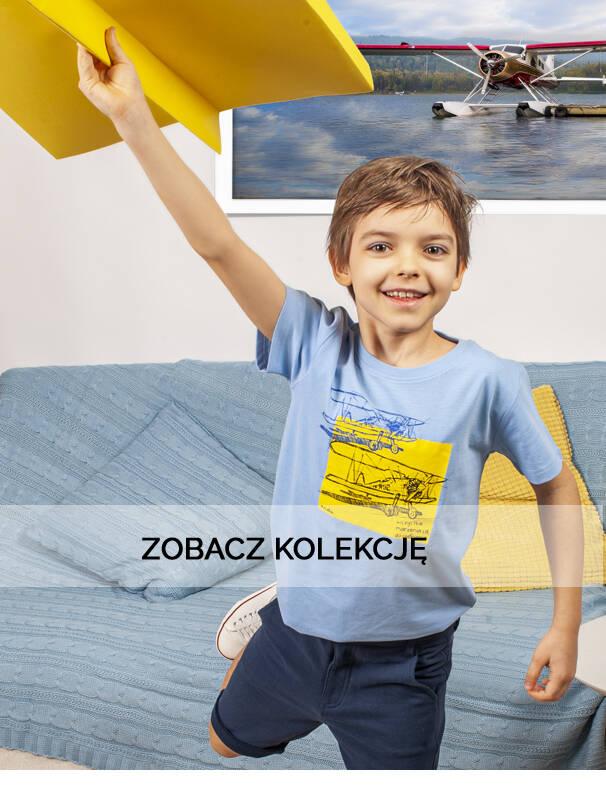 Baner z chłopcem w koszulce z samolotem.