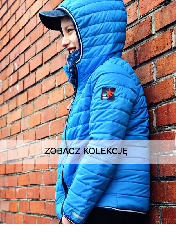 Baner z chłopcem w niebieskiej kurtce wiosennej.
