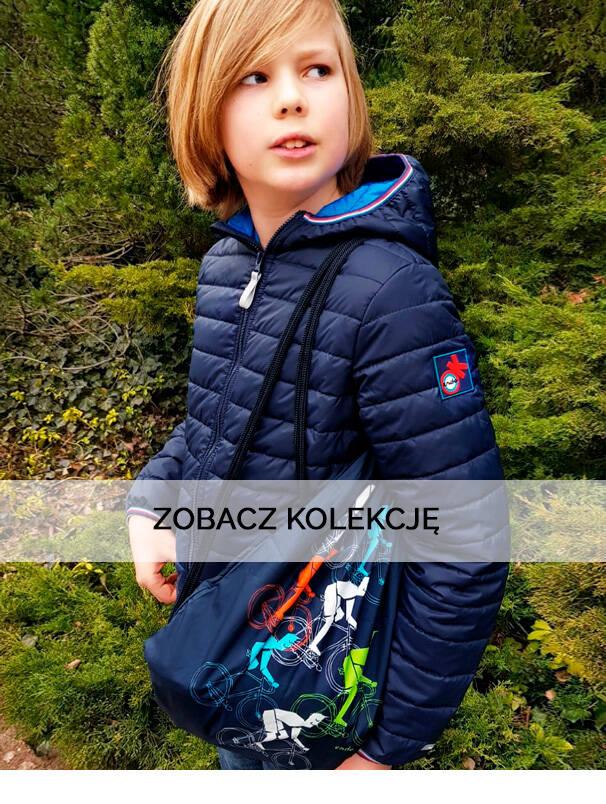 Baner z chłopcem w niebieskiej przejściowej kurtce.