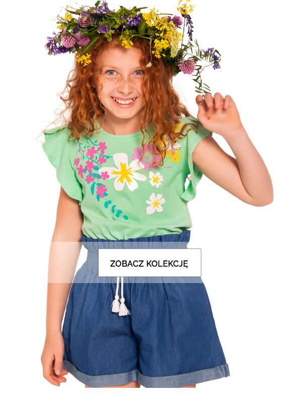 Dziewczynka w z wiankiem z polnych kwiatów na głowie.