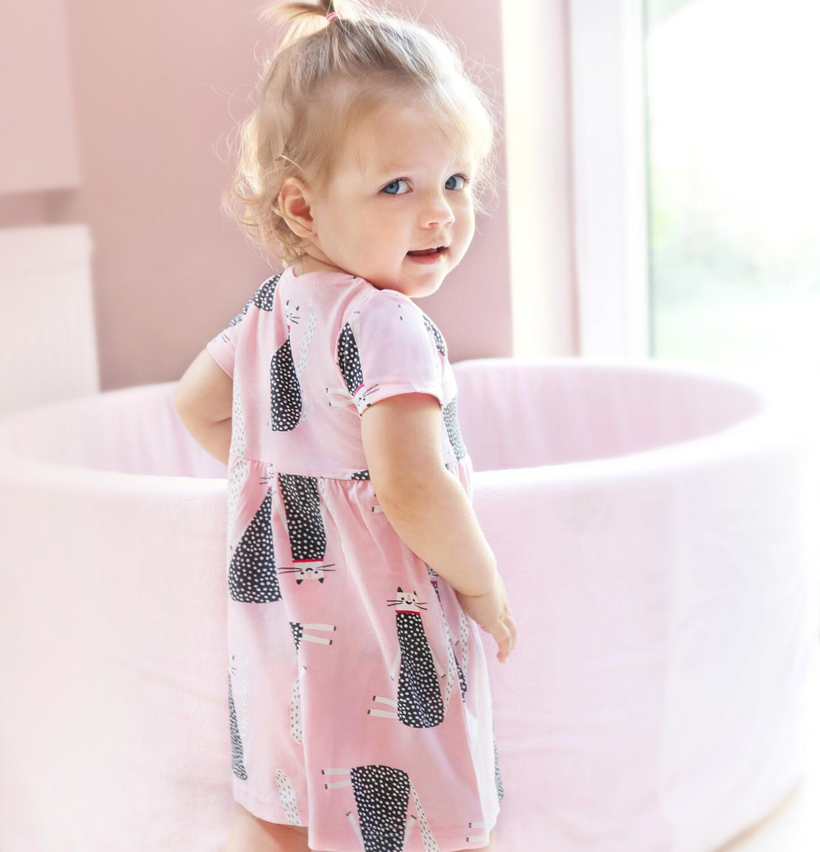 Endo - Sukienka z krótkim rękawem dla dziewczynki do 2 lat, deseń w koty, różowa N03H018_1
